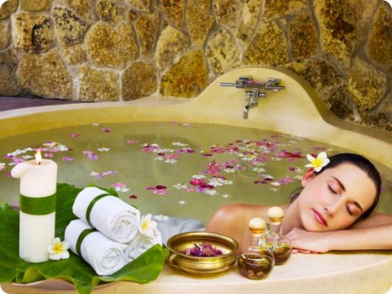 девушка наслаждается ванной с эфирными маслами